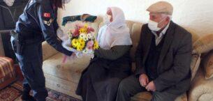 Jandarma, Sevgililer Gününde evlenen yaşlı çifte sürpriz ziyaret yaptı