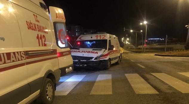 Hamile kadın kaza yapan ambulansta doğum yaptı