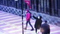 Yaşlı adamın Türk Bayrağı hassasiyeti güvenlik kamerası yansıdı